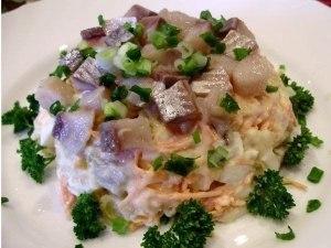 Салат с сельдью и овощами фото