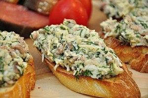 Закусочные бутерброды с печенью трески и сыром фото