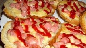 Бутерброд с колбасой и сыром фото