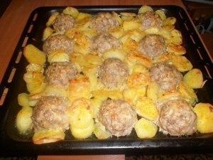 """Мясные """"ёжики"""" с картошкой под сыром  фото"""