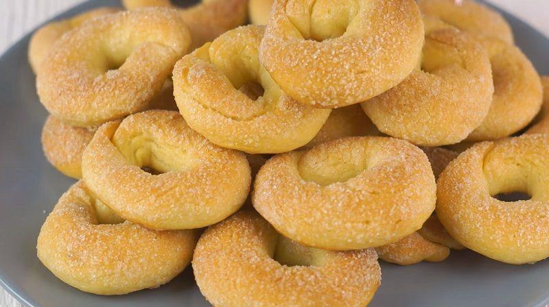 Печенье «Сахарные колечки» получается очень вкусным, в меру сладким: у него хрустящая сахарная корочка, а внутри оно невероятно мягкое и нежное.