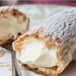 Этот ванильно-сливочный крем получается безумно нежным. Его можно использовать не только для эклеров, но и для смазывания торта, пирожных и рулетов.