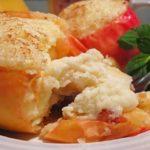 Печеные яблоки с творожной начинкой - десерт полезный и низкокалорийный, подходит и для детского питания.