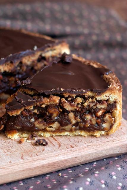 Шоколадно-карамельно-ореховый тарт.    Орехи в карамели и залитые толстым слоем ганаша - по-моему понятно, что это очень-очень вкусно.