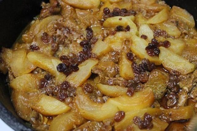 Тушеное мясо с яблоками