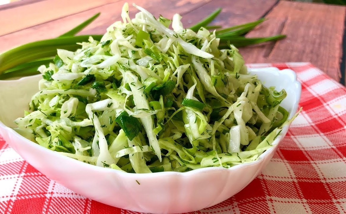 """Простейший салат """"Минутка"""" из капусты c потрясающе вкусной и необычной заправкой"""