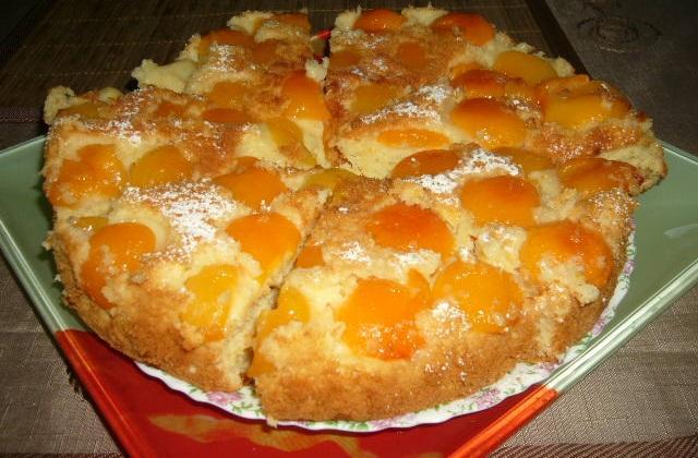 Никак не хочу раставаться с моим любимым рецептом. Хоть и сезон абрикос закончился, теперь делаю такой пирог со сливами и персиками. Обалденное тесто! Пирог приятно порадует ваш сладкий стол.