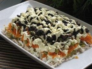 Салат с курицей и черносливом фото