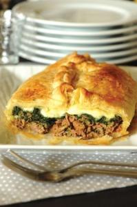 Закрытый пирог с мясом и шпинатом фото
