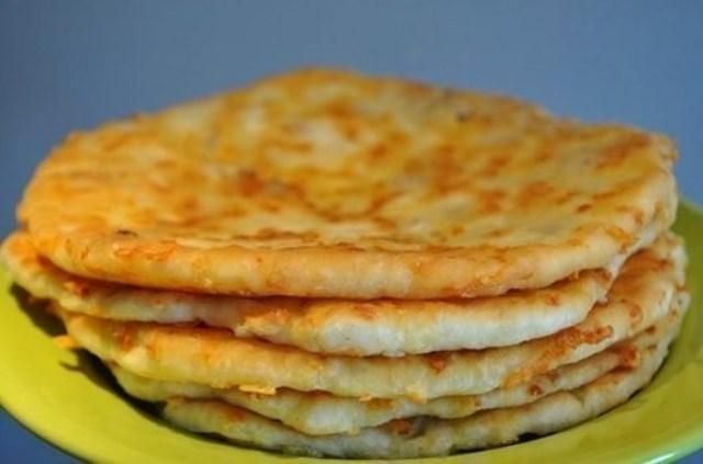 Невероятно вкусные, ароматные и безумно легкие в приготовлении грузинские лепешки с сыром.