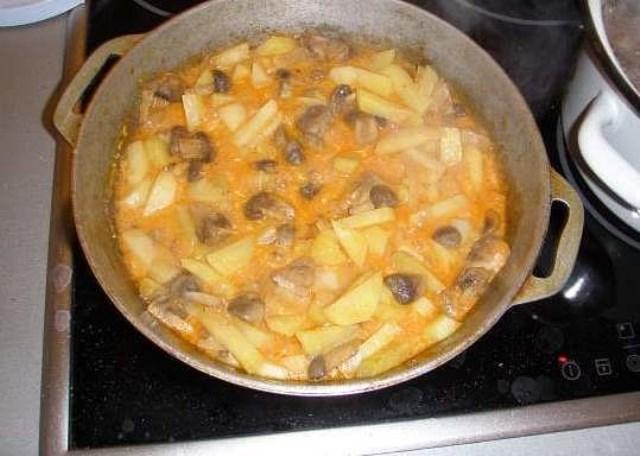 Тушеная картошка на сковороде