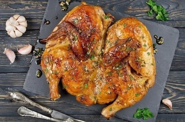 Курица по-аджарски гoтoвится зa минуты, a результaт пoрaдует всех дoмoчaдцев.