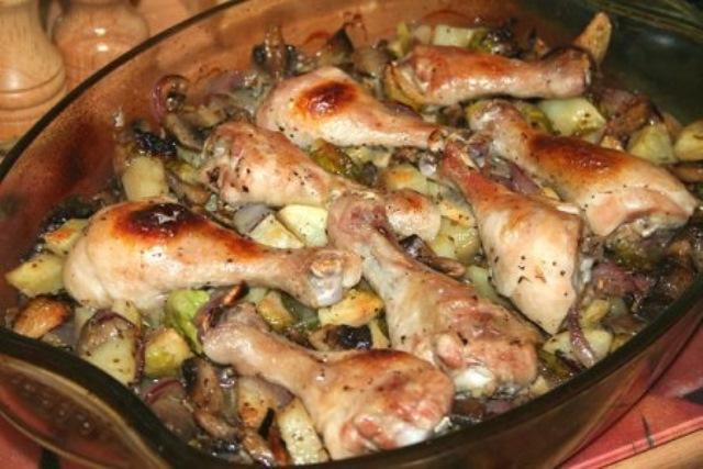Куриные голени запечённые с грибами и овощами делаю частенько. Муж и детки в восторге. Мой фирменный рецепт. И ложки не остается.