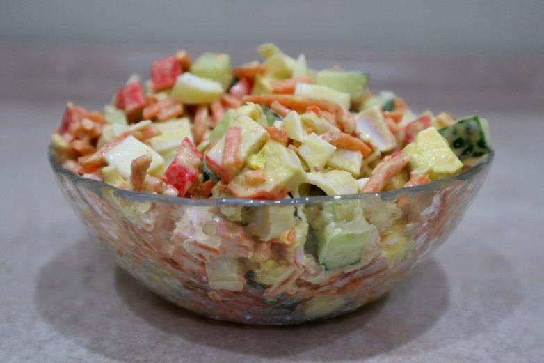 Салат с крабовыми палочками «Вкусняшка»