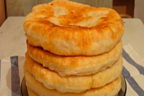 С этим рецептом забудешь, что такое хлеб! Пушистые лепешки на кефире: вкусно и быстро