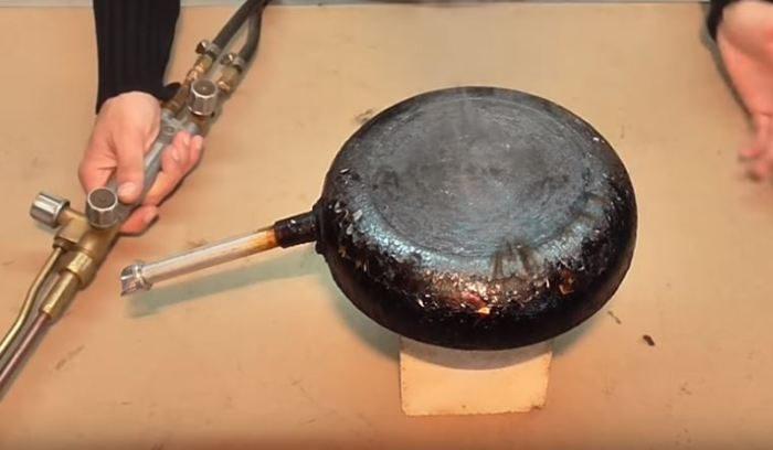 Народный способ удаления нагара, после которого сковорода будет блестеть как новая 8