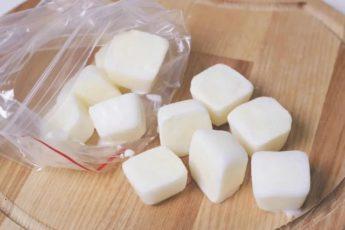 Увидела как свекровь замораживает молоко в форме для льда. Для чего она так делает 1